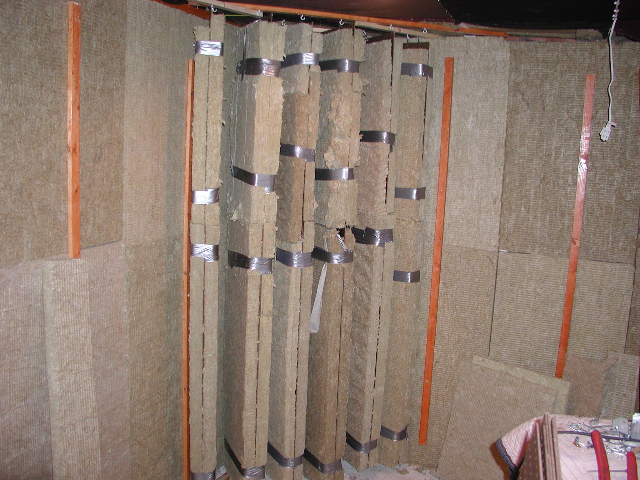 https://www.gearslutz.com/board/attachments/bass-traps-acoustic-panels-foam-etc/312255d1349488246-my-corner-bass-traps-pictures-mr-brandt-studio-front-corners-acoustic-hangers-013.jpg