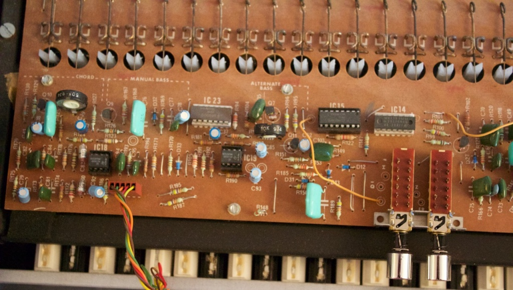 Help me fix this old welson electronic organ from the 70s for Classic house organ bass