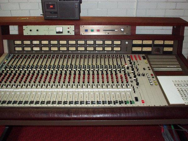 44d1024663320-analog-consoles-10k-20k-range-mci-close2.jpg