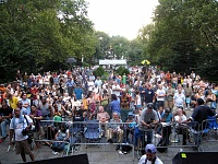 """Remoteness and The Bread Mobile"" during J&R's 2007 MusicFest-j-r2007audience.jpg"
