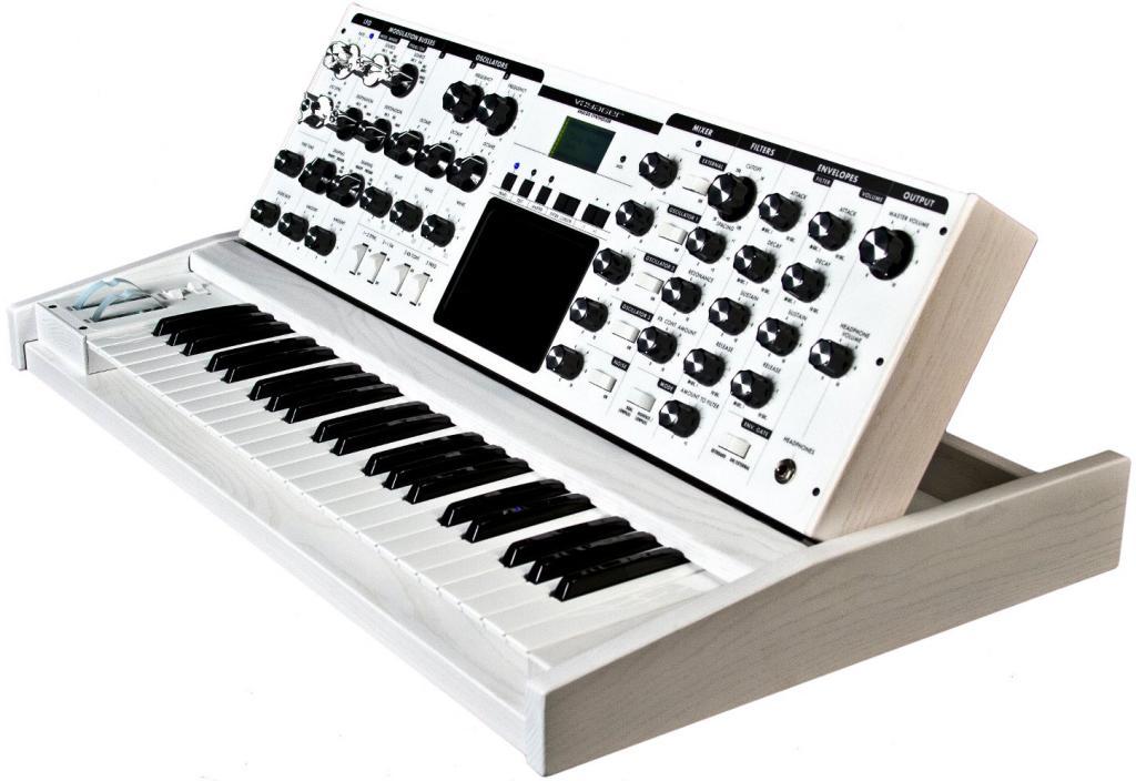 Minimoog Voyager PE White