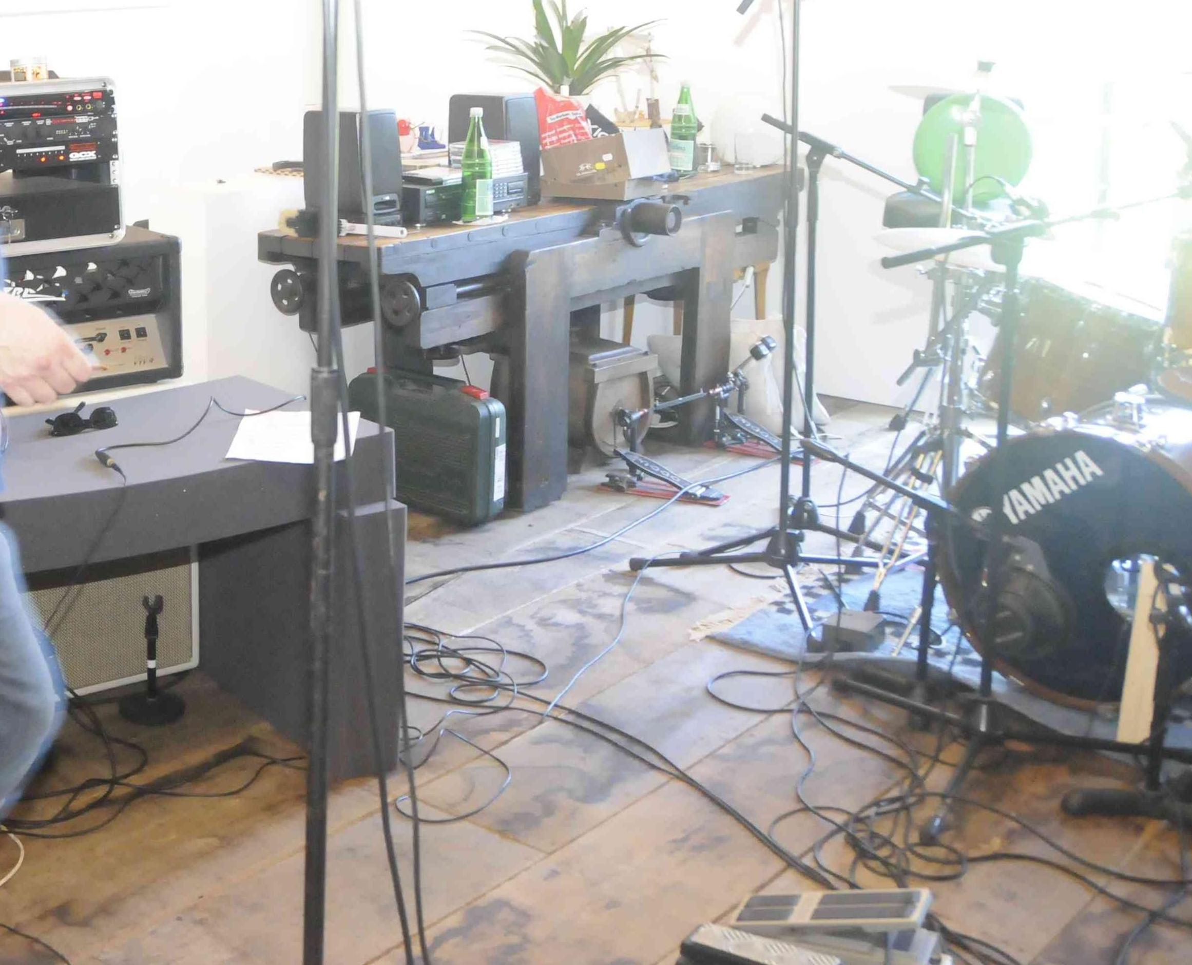 Recording an electric guitar and drummer one room - Gearslutz.