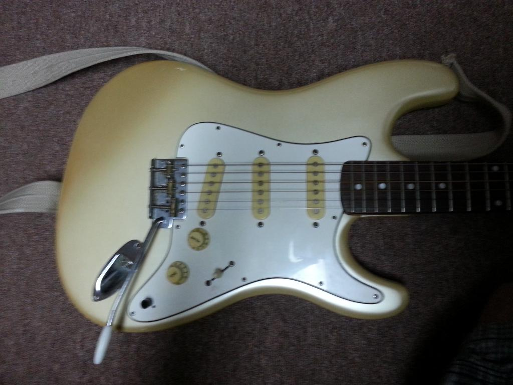 Can anyone help me identify this guitar? - Gearslutz