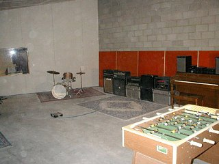 How big is your studio? Do you like it?-liveroom.jpg