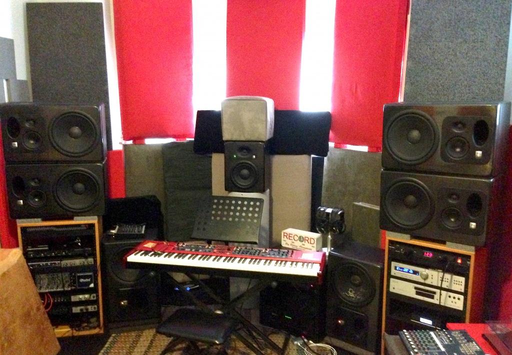 PLacing Studio Monitors On Equipment Rack JBL LSR32 Img 6695