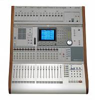 Halleluyah, I hath touched real faders again-dm3200_top.jpg